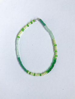Perlearbånd i simpelt stil fra Stines Perler med forskellige nuancer af grøn