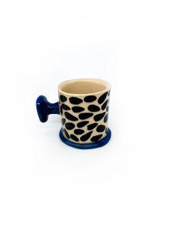lys keramik kop med storte pletter og blå hank fra rebu Ceramics