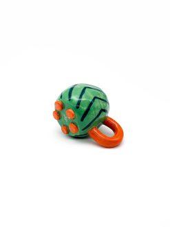 lille rund keramik kop i grøn med striber og orange hank fra Rebu Ceramics