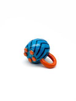 lille rund keramik kop i blå med striber og orange hank fra Rebu Ceramics