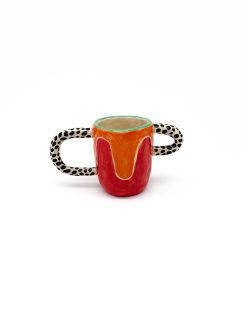 orange og rød keramik kop med asymetriske hanke med prikker på fra Rebu Ceramics