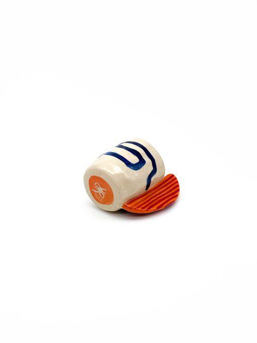 Lys keramik kop med orange hank og mønster fra Rebu Ceramics