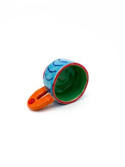 Blå keramik kop med orange hank og mønster fra Rebu Ceramics