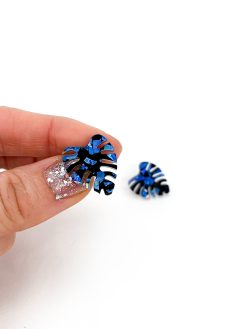 Mini monstera øreringe i sort og blå fra Saisall Plexiglas