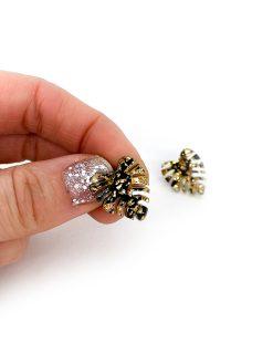Mini monstera øreringe i sort og guld fra Saisall Plexiglas