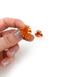 Mini monstera øreringe i orange fra Saisall Plexiglas