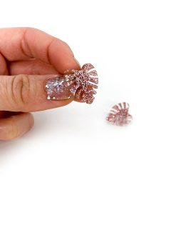 Mini monstera øreringe i glitter rosa fra Saisall Plexiglas