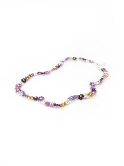 Perlekæde i lilla med guld blomster fra Stines Perler