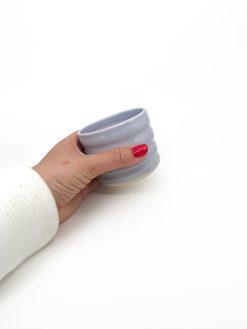 rillet keramik kop uden hank med regnbuetryk i lilla