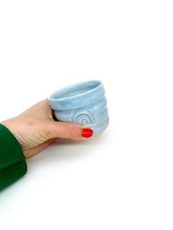 rillet keramik kop uden hank med regnbue tryk i lyseblå
