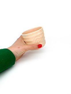 rillet keramik kop uden hank med regnbue tryk i peach