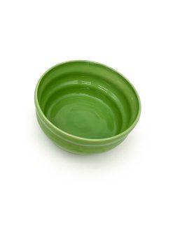 Græsgrøn keramik skål med riller fra Julie Ebens perfekt til en lille salat eller snacks