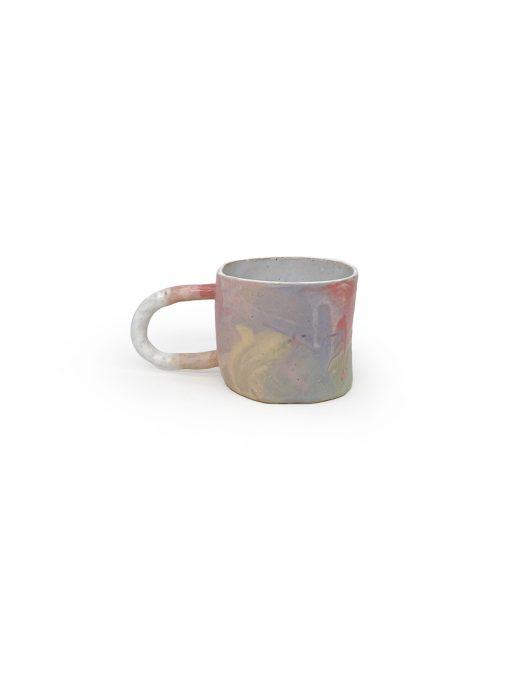 farvet keramik kop fra The Clay Play med lilla nuancer af splash glasur og en stor hank
