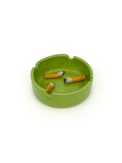 Julie Ebens keramik askebæger i grøn med små keramiske cigaretskoder i bunden