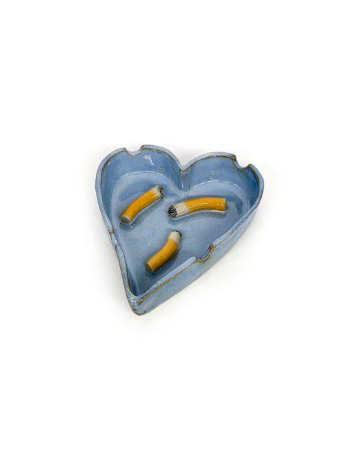Julie Ebens hjerte askebæger i lyseblå med et cigaretskod i