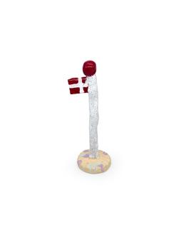 Hvidt keramikflag fra The Clay Play med lysegul fod og dannebrog