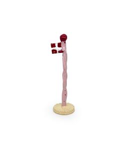 Lyserød snoet keramikflag fra The Clay Play med lysegul fod og dannebrog