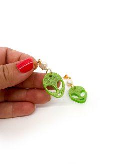 Saisall alien øreringe i grøn glitter med lille ferskvandsperle på