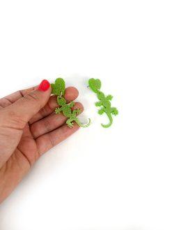Saisall salemander øreringe i lysegrøn glitter plexi med et hjerte i toppen