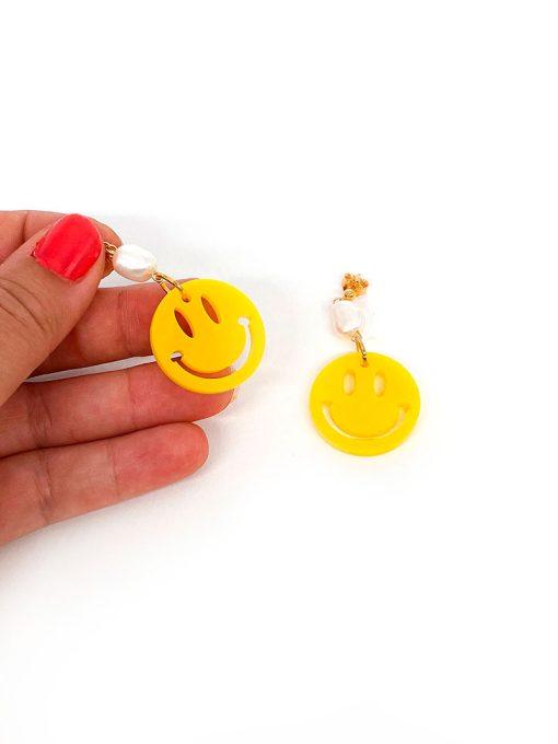 Saisall smiley øreringe i gul med lille ferskvandsperle på
