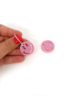 Saisall smiley vedhæng til hoops i pink glitter med forsølvet hoop