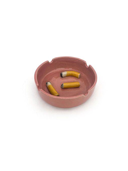 Rundt keramik askebæger med keramik cigaretter i bunden fra Julie Ebens