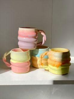 Smukke pastelfarvede keramikkopper fra Finemik med snoede former