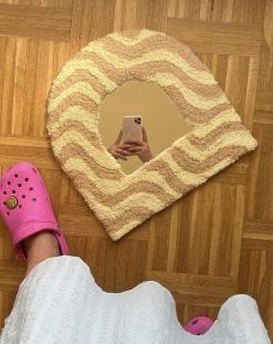 Lille spejl beklædt med lysegult tæppe omkring håndlavet af Rart Cph